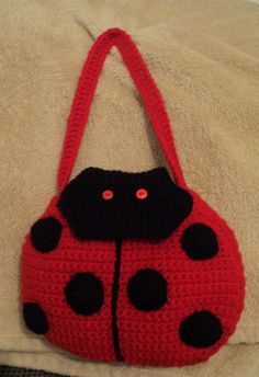Crochet Purses Ideas Lady Bug Purse--I'll have to make this someday for my granddaughter. Crochet Handbags, Crochet Purses, Crochet Girls, Crochet For Kids, Crochet Crafts, Knit Crochet, Japanese Crochet Patterns, Kids Purse, Crochet Backpack