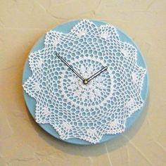 This is an ingenious idea for a wall clock. It's a neat idea for a DIY project. Doilies Crafts, Lace Doilies, Diy Embroidery Frame, Handmade Wall Clocks, Sewing Crafts, Diy Crafts, Quilt Storage, Organize Fabric, Diy Clock