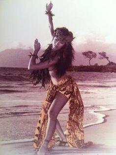 difference between samoan and hawaiian tattoos Hawaiian Girls, Hawaiian Dancers, Hawaiian Art, Hawaiian Tattoo, Polynesian Dance, Polynesian Culture, Hawaii Hula, Aloha Hawaii, Tahitian Costumes