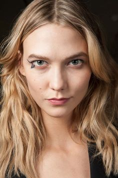 Go close-up on the hair and make-up backstage at the autumn/winter 2015 shows - Karlie Kloss at Anthony Vaccarello Vogue, Backstage, Fashion Week, Fashion Show, Girl Fashion, Fashion Trends, Graphic Eyes, Catwalk Models, Tousled Hair