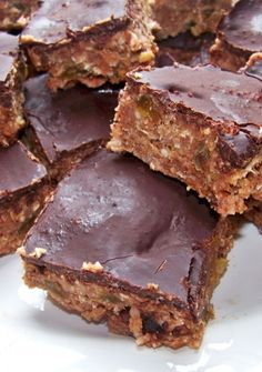 Wait until you taste these homemade protein bars! They are yummy! I also made a batch substituting almond butter for the pb, avacado for the banana, and dates for the raisins. What a great way to control the additives in packaged protein bars. Protein Desserts, Protein Snacks, Diy Protein Bars, Protein Bar Recipes, Protein Powder Recipes, Protein Cake, Protein Muffins, Protein Bites, Protein Cookies