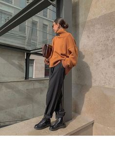 Boots and sweater – Mode – outfits Mode Outfits, Winter Outfits, Casual Outfits, Fashion Outfits, Fashion Pants, Normcore Fashion, Jeans Outfit Winter, Mom Jeans Outfit, Smart Casual Outfit