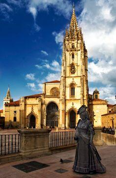 """Ana Ozores, personaje creado por Leopoldo Alas """"Clarín"""", en La Regenta. La escultura, en bronce, fue realizada en 1997 por Mauro Álvarez, se encuentra frente a la Catedral de Oviedo."""