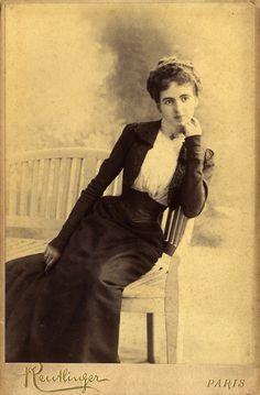 Actrice Marie Chipie. Kabinet albumine foto (1901) gemaakt door Leopold Reutlinger in Parijs. Verzameling Wilfried Vandevelde.