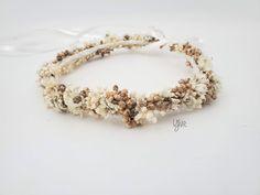 Dieser märchenhafte Blumenkranz wird mit viel Liebe von Hand aus getrockneten Blumen hergestellt. Ob zum Dirndl, zur Hochzeit oder zum Sommerkleid – dieser Haarkranz ist ein echter Hingucker! Wedding Rings, Crown, Engagement Rings, Jewelry, Different Fruits, Dried Flowers, Creative Gifts, Floral Wreath, Dirndl