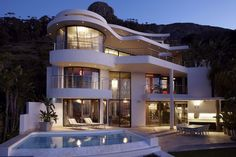 This #home in South Africa features #curved lines throughout, making for a very appealing #design.Three-storeys high with a fabulous entertainment area #outside, it also offers panoramic views of Lion's Head, Table Mountain and the ocean. Image by Jenny Mills Architects. Enjoy #homify!  #architecture #modernarchitecture #moderndesign #modernhome #modernhouse #modernliving #dreamhouse #housegoals #facade #southafrica #house #build #villa #residence #mansion #balcony #pool #swimmingpool…