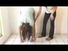 Cuerpo flexible, mente flexible (cómo tocar el suelo con las manos) - Feldenkrais con Lea Kaufman - YouTube