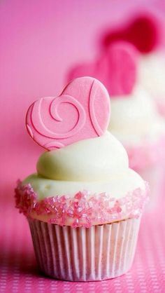 These Pink Velvet cupcakes are perfect for Valentines day. or for a girls birthday! Questi pink velvet cupcakes sono perfetti per