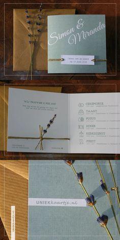 Deze romantische trouwkaart heeft een rustieke en natuurlijke uitstraling dankzij het label dat met touw vastgeknoopt wordt aan de kaart. De gedroogde lavendel geeft een heerlijke geur aan de kaart. De kleur oud groen geeft een vintage 'touch' en zorgt dat het goed past bij een bruiloft met een landelijk thema. Origineel en stijlvol door papier met linnen textuur.   uniek kaartje