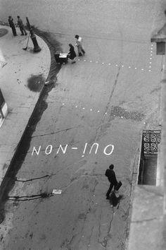 m3zzaluna:  'oui-non' graffito zur wahl paris, 1945 photo bypaul almasy