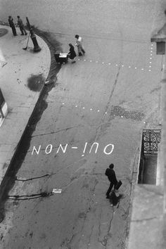 "'Oui-non ""  graffito zur wahl paris, 1945    photo by  Paul Almasy"