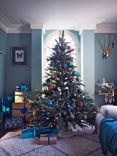 Elegant Christmas Tree Decorating Ideas from Balsam Hill Elegant Christmas Tree Decorating Ideas fro Fir Christmas Tree, Blue Christmas Decor, Elegant Christmas Trees, Christmas Interiors, Christmas Tree Design, Rustic Christmas, Simple Christmas, Christmas Tree Decorations, Christmas Home