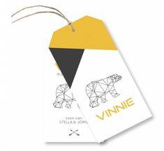 De kracht van eenvoud. Strak en hip geboortelabel voor jongens met een geometrische ijsbeer en moderne oker gele tinten. Het touw (vlaskoord) wordt er los bij geleverd.