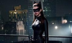 """Falando em Anne Hathaway, alguém já viu a atriz de mulher gato em """"Batman: O Cavaleiro das Trevas Ressurge""""? #gata #sexy"""