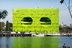 Ces atriums s'apparentent à deux yeux gigantesques fixant le fleuve et son…
