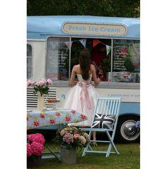 Aww ice cream van and pretty dress! 50s Style Wedding Dress, 50 Style Dresses, 50s Dresses, Bridal Style, Pretty Dresses, Fashion Dresses, Wedding Dresses, Ice Cream Van, Satin Bows