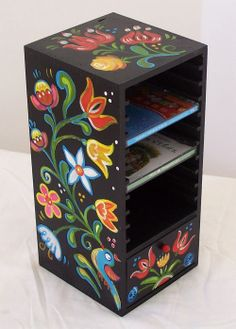 outside diy projects Painted Wooden Boxes, Funky Painted Furniture, Painted Chairs, Simple Acrylic Paintings, Painting On Wood, Norwegian Rosemaling, Art Decor, Decoration, Wooden Crafts
