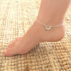 Tinkle bell anklet - Silver plated chain anklet with three tiny bell charms Silver Anklets Designs, Anklet Designs, Ankle Jewelry, Ankle Bracelets, Gold Jewelry Simple, Cute Jewelry, Gold Anklet, Ankle Chain, Girls Jewelry
