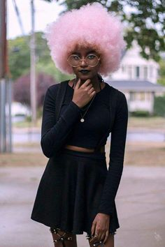 Pink Afro on dark skin (brunette complexion). Soft Grunge Outfits, Grunge Hair, Grunge Style, Diy Outfits, Afro Punk, Pretty People, Beautiful People, Fotografie Portraits, Kreative Portraits