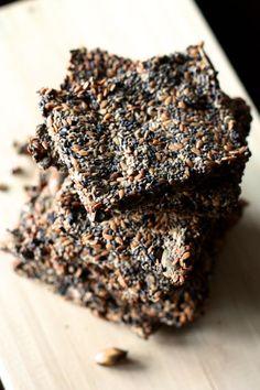 Si vous n'avez pas encore fait vos propres crackers, cette recette va vous en boucher un coin! Rien de plus simple que ces délicieux biscuits salés aux graines. Un grand bol pour tout mélanger, un four pour les faire croustiller et le tour est joué :-)   J'ai trouvé la recette i