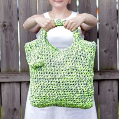 A free crochet pattern for a chunky tote make with fabric yarn - the ideal accessory for a perfect summer day!