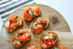 Tomato Bruschetta With Garlic and Basil-Tomato bruschetta is always a crowd favorite over the holidays, at parties or even as a quick appetizer before dinner at him. Quick and super easy to make! Quick Appetizers, Appetizers For Party, Appetizer Recipes, Delicious Appetizers, Party Recipes, Delicious Recipes, Tomato Bruschetta, Bruschetta Recipe, Tostadas