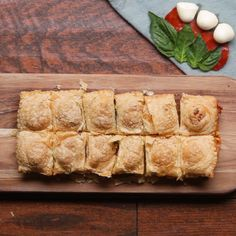 La primera es mas deliciosa Savoury Puff Pastry Recipes, Recipes Using Puff Pastry, Spinach Puff Pastry, Puff Pastry Pizza, Puff Pastry Appetizers, Puff Pastry Desserts, Puff Pastry Dough, Puff Pastries, Party Snacks