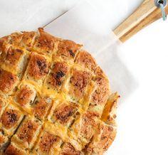 Brood met kaas en kruidenboter uit de oven