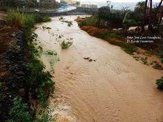 El agua con barro corría hoy por el barranco de Tamaraceite, siendo lo más parecido a un río      L...