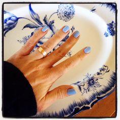 Blått är flott... Det vackra handmålade fatet har min farmors mor målat. Nagellacket kommer från #isadora