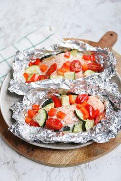 Zalmpakketjes van de bbq - klaar binnen 30 minuten - Lekker en Simpel Grilled Chicken Recipes, Spicy Recipes, Grilling Recipes, Fish Recipes, Cooking Recipes, Barbecue, Bbq Grill, Camping Meals, Kids Meals