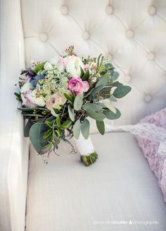 Bouquet de mariée champêtre et bohème, renoncules, lisianthus, succulent, eucalyptus, dille. Crédit photo Amandine Foutrier Photographie