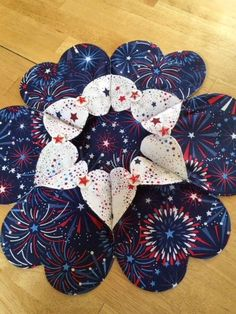 Patriotic Table Topper/Candle Mat Quilted Table Toppers, Quilted Table Runners, Origami Candle, Table Runner Pattern, Small Heart, Machine Quilting, 4th Of July Wreath, Quilt Patterns, Diy Crafts