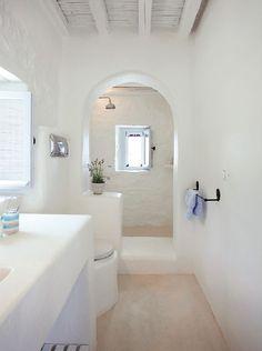 Un baño encalado, tradicional en las Cicladas