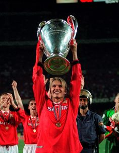 David Beckham lifts the European Cup after the 1999 final David Beckham Manchester United, Manchester United Images, Manchester United Players, Uefa Champions, Champions League, David Beckham Football, Oxford United, Bobby Charlton, Barcelona Soccer