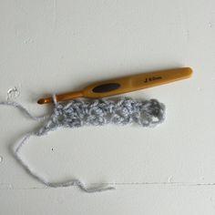 Tæppet er en enkelt kombination af fm og stgm.  Brug altid en hæklenål der er et nummer eller to større, end anbefalet på garnet. Så bliver tæppet blødt og lækkert.    Slå lm løst op. (Mønsteret er deleligt med 3+3)    Vend med 2 lm.  Hækl 2 stgm i 3. lm, *spring 2.... Threading, Creative