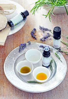 Essentiele olie - Happinez  Essentiële olie om te verstuiven met een aromalamp bijvoorbeeld. De ene olie is rustgevend, de ander geeft energie of is juist verfrissend. Je kunt kiezen uit vijf 100% natuurlijke geuren.   Op de redactie is bergamot favoriet om de verfrissende, opwekkende geur die je volgens aromatherapeuten helpt op je intuïtie te vertrouwen.   Gardenia is een mysterieuze bloemige geur. Fris, rustbrengend en geeft tegelijkertijd nieuwe energie.   Energyboost is een frisse m