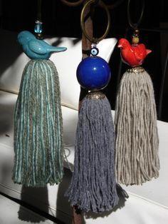 Borlas decorativas - los animalitos de la parte superior de la borla pueden ser al crochet, pajaritos,corazones,buhos, etc