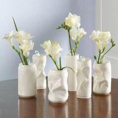 Latas de refresco pintadas y convertidas en hermosos floreros.