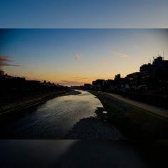 授業中だから夕陽を見に行けないけど 今日は雲もないし こんな感じだろうなと思いつつ #京都 #鴨川 #夕陽 #japan #kyoto #sky #blue #orange #sunset #nikon #d7000 #nikontop #landscape #写真好きと繋がりたい #ファインダー越しの私の世界 #ニコン倶楽部 (by yama3534)