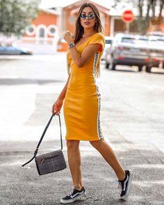 YELLOW MOOD ⚡️ era pra ser mais um tubinho básico, aí vem essa faixa lateral e PÁHH, dá todo um tcham que muda completamente o vestido!… Modest Wear, Modest Outfits, Stylish Outfits, Cute Outfits, Fashion Outfits, Simple Dresses, Pretty Dresses, Casual Dresses, Fila Outfit
