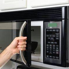 Un truco genial para limpiar tu microondas es calentar un vaso con vinagre durante unos minutos y después pasar un trapo húmedo. Quedará como nuevo.
