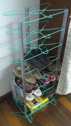 Wov Shoe Rack DIY Schuhregal Ideen auf ein Budget Moissanite An Amazing Gift from the Wire Hanger Crafts, Wire Hangers, Diy Shoe Rack, Shoe Racks, Diy Shoe Organizer, Diy Casa, Ideias Diy, Rack Design, Home Organization