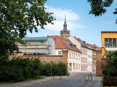 Blick auf das Westtor der Neustadt und den Gorrenberg, links und rechts die Stadtmauer. Im Hintergrund die Katharinenkirche.