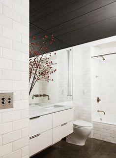 9-banheiro-branco-moderno-com-teto-escuro