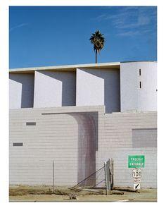 澳洲攝影師拍攝洛杉磯街頭的另一面,有如色調柔和的七巧板 – 攝影札記 Photoblog - 新奇好玩的攝影資訊、攝影技巧教學 Entrance, Garage Doors, Multi Story Building, Outdoor Decor, Entryway, Door Entry, Doorway, Entrance Hall
