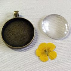 make your own pressed flower pendant. cute diy bday gift for roo's friends
