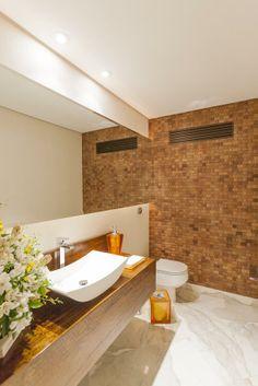 Lavabo - piso em mármore branco e parede em placas de madeira Differenza Revestimentos.