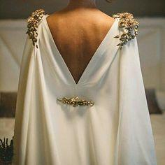 Vestido con capa de crepé