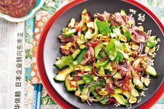 Een heerlijke verzameling van Aziatische smaken; koriander, sojasaus en rode peper - Recept - Allerhande Healthy Dishes, Healthy Cooking, Healthy Recipes, Healthy Lunches, Healthy Food, Asian Recipes, Beef Recipes, Thai Beef Salad, Tasty Thai